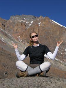 Pose yoga sur le Kilimandjaro